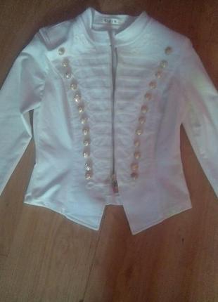 Белый пиджак с золотыми пуговицами