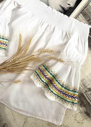 Блуза с открытыми плечами вышивкой и воланами