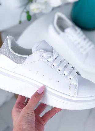 Белые кеды с серебристой пяткой,белые кроссовки с серебристым задником.