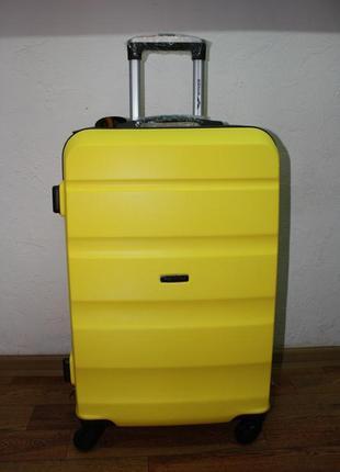 Новый желтый чемодан среднего размера м на подарок идеально