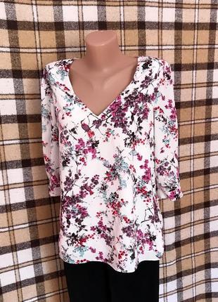 Красивая белая блуза блузка с цветочным рисунком