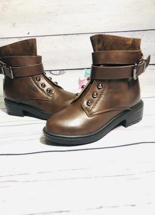 Стильные демисезонные ботиночки для девочки с ремешком и клепками