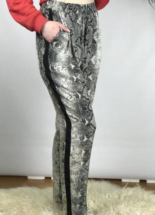 Легкие брюки в змеиный принт primark