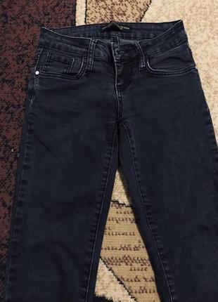 Темно-серые джинсы, графитовые