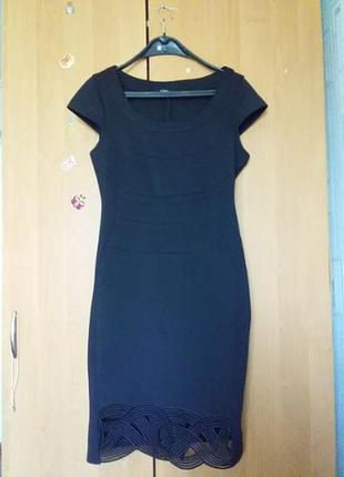 Черное платье с красивым низом.