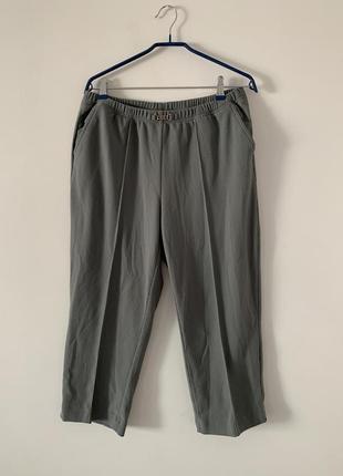 Серые брюки в рубчик