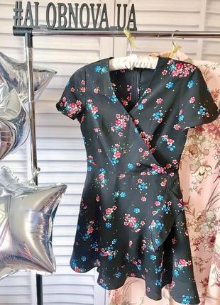 Короткое платье в цветы с рюшей