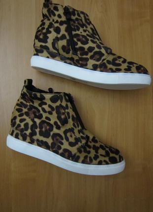 Трендовые леопардовые ботинки-слипоны на танкетке