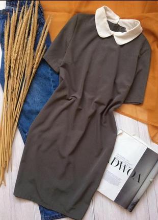 Красивое платье прямого кроя оливкового цвета