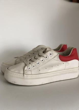 Кроссовки с красным задником