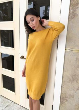 Вязаное горчичное платье с вырезом