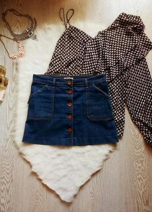 Синяя джинсовая юбка мини трапеция с пуговицами спереди и карманами короткая