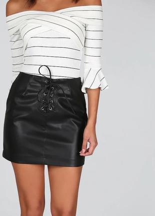 Черная кожаная короткая мини юбка с люверсами шнуровкой завязками спереди секси