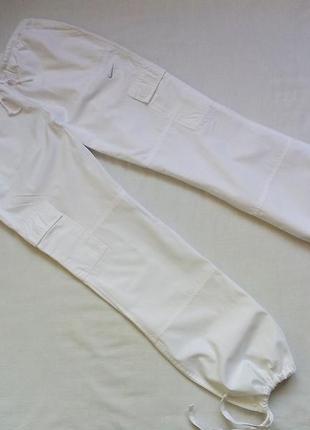 Белые спортивные брюки карго  nike