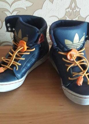 Кроссовки высокие adidas. 32 размер. кожа. состояние хорошее.