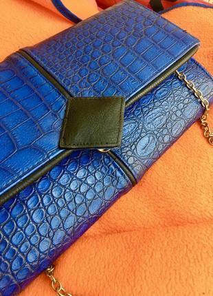Нереальная сумочка синего цвета под крокодила с золотой цепочкой