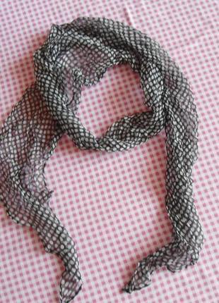 Тоненький шифоновый шарфик.