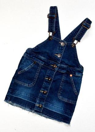 Next. крутой  джинсовый сарафан на пуговицах с не обработанным краем. 3 года
