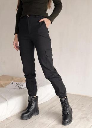 Черные брюки штаны на резинке с карманами карго