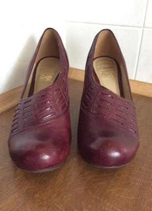 Туфли вишневого цвета фирмы clarks