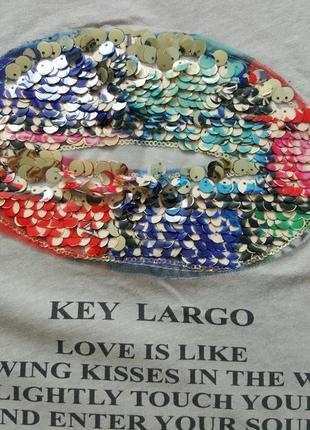 Яркая футболка key largo