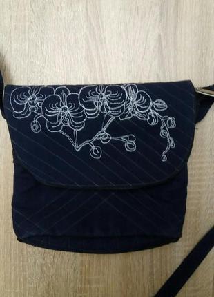 Джинсовая сумочка с вышивкой ручной работы
