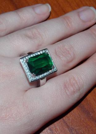 Серебряное кольцо с зеленым камнем