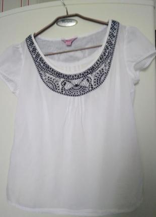 Батистовая блуза с вышивкой.