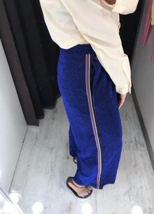 Блестящие свободные брюки с лампасами