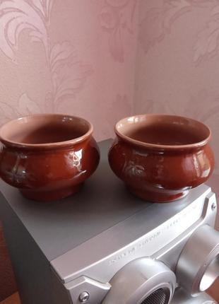 Два глиняных горшочка
