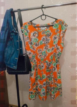 Яркое платье в цветочный принт.