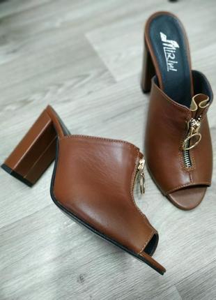 Кожаные коричневые шлепанцы на каблуке