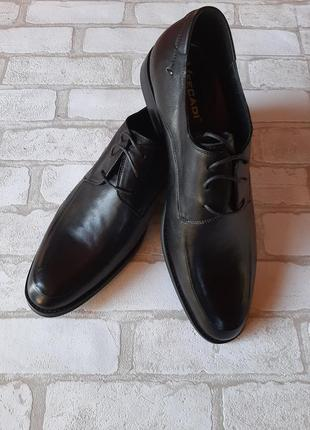 Чёрные классические туфли на шнурках