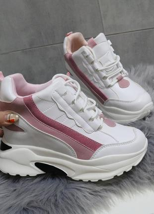 Белые с розовым сникерсы