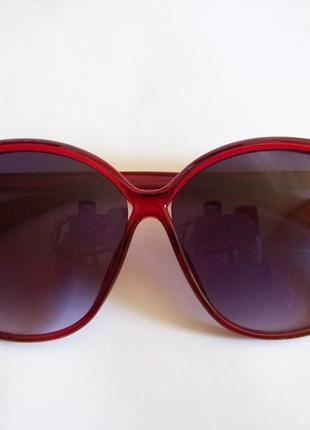 Вишневые солнцезащитные очки-стрекозы с дымчатой линзой с легким градиентом