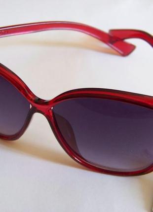 Вишневые солнцезащитные очки-стрекозы с дымчатой линзой с легким градиентом3 фото
