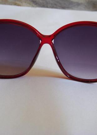 Вишневые солнцезащитные очки-стрекозы с дымчатой линзой с легким градиентом6 фото