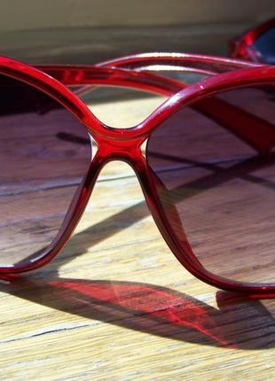 Вишневые солнцезащитные очки-стрекозы с дымчатой линзой с легким градиентом2 фото
