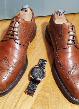 Кожаные итальянские брендовые туфли musto brogues. в идеальном состоянии