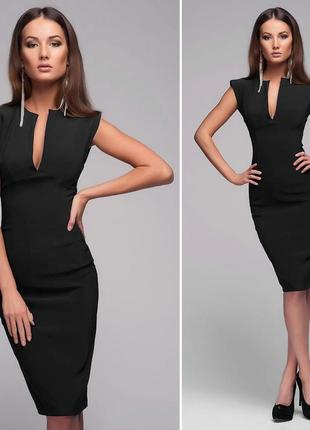 Чорна сукня з декольте