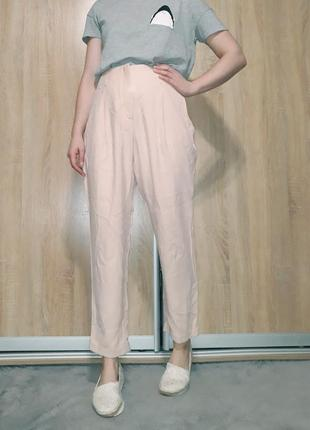 Крутые брюки на высокой посадке с подкатами ровного кроя нежного розового пудрового цвета