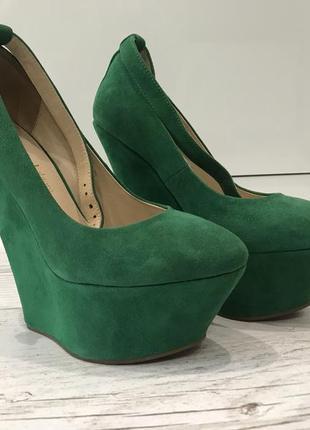 Зеленые замшевые туфли на танкетке