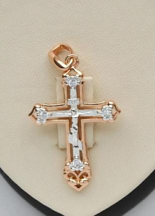 Крест с золотым покрытием и цирконами.