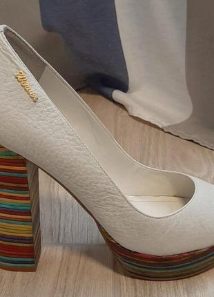 Кожаные белые туфли на устойчивом каблуке