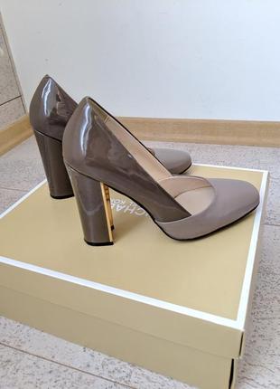 Шикарные базовые бежевые нюдовые туфли с золотым каблуком натуральная кожа от geronea