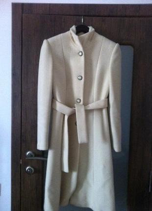 Молочное пальто из ламы инд.пошив