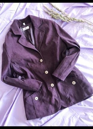 Красивый замшевый удлиненный пиджак сливового цвета