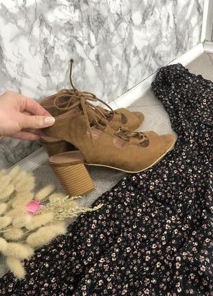 Стильный босоножки со шнуровкой переплетами