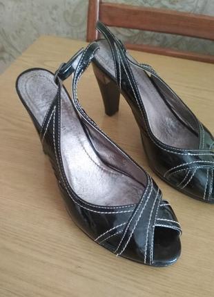 Лаковые босоножки на высоком каблуке