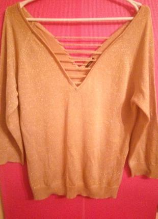 Яркий свитерок с эффектными вырезами на спине и груди